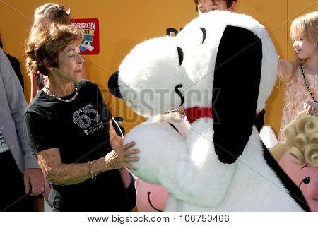 LOS ANGELES - NOV 1:  Jean Schultz, Snoopy at the