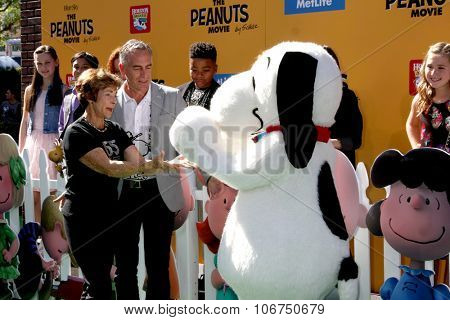 LOS ANGELES - NOV 1:  Jean Schultz, Steve Martino, Snoopy at the