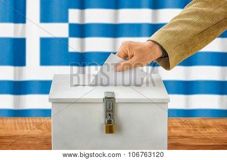 Mann Wirft Stimmzettel In Wahlurne - Griechenland