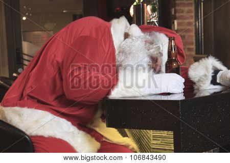 Santa claus sleep at the bar. Too drunk.