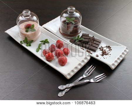 Pudding with chocolate crumbs and strawberry pudding with frozen strawberries and mint