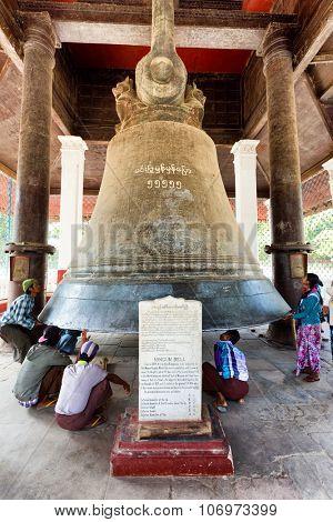MINGUN, MYANMAR, JANUARY 20, 2015 : Tourist people around the giant bell of Mingun, the biggest in the world,  in Mingun near mandalay (Burma).
