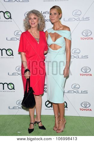 LOS ANGELES - OCT 24:  Blythe Danner & Gwyneth Paltrow arrives to the 25th Annual Environmental Media Awards on October 24, 2015 in Hollywood, CA.