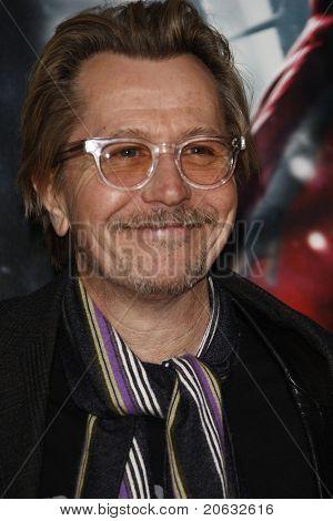 LOS ANGELES - el 7 de marzo: Gary Oldman llega en el estreno de 'Red Riding Hood' 07 de marzo de 2011 en