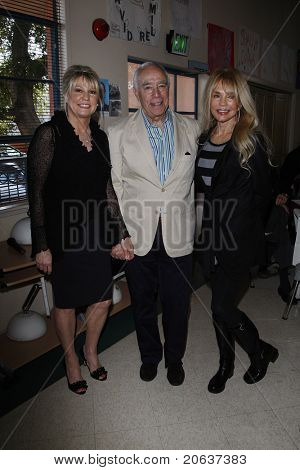 LOS ANGELES - NOV 18:  Dr Lois Lee, Richard S Rosenzweig, Dyan Cannon at 'Hero of the Hearts' award from Children of the Night on November 18, 2010 in Van Nuys, Los Angeles, CA.
