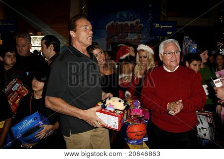 LOS ANGELES - DEC 19: Arnold Schwarzenegger [asses out toys at the Hollenbeck Youth Center's 28th