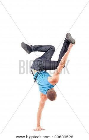 Joven bailarín demostrando sus habilidades de romper