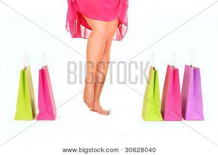 ein Bild von sexy Frauen Beine unter Einkaufstaschen over white background