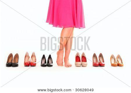 ein Bild von sexy Frauen Beine unter sechs Paar Schuhe over white background