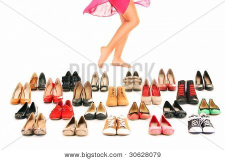 ein Bild von sexy Frauen Beine unter Schuhe over white background