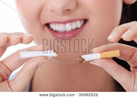 Cigarrillo de última hora del joven sobre fondo blanco