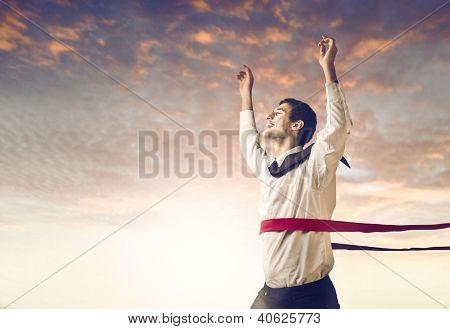 Empresario joven mulata cruzar la línea de meta