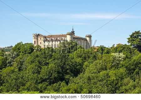 Langhe, Castle