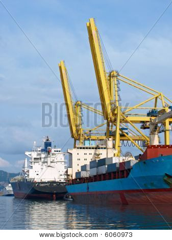 Container Ship an cranes