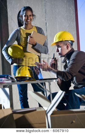 Multiethnische Bauarbeiter
