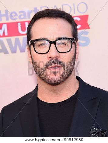 LOS ANGELES - MAR 29:  Jeremy Piven arrives to the 2015 iHeartRadio Music Awards  on March 29, 2015 in Hollywood, CA