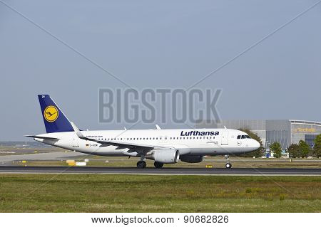 Frankfurt International Airport - Airbus A320 Of Lufthansa Takes Off