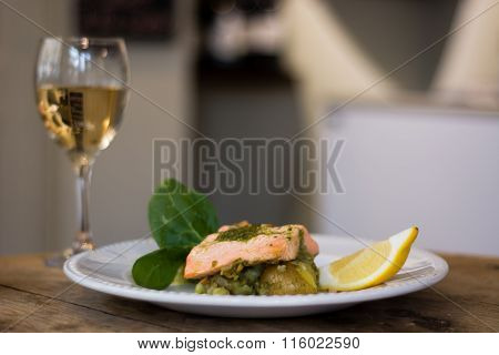 Salmon fillet, pesto and crushed potato plate with wine