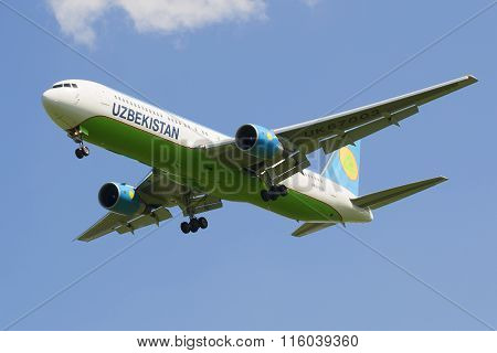 Aircraft Boeing 767-33PER4 (UK-627003) company Uzbekistan Airways in flight