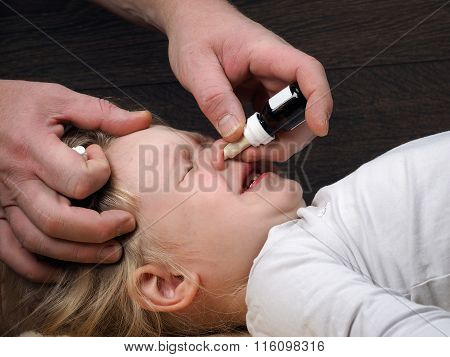 The child is dropped into the nose drops from the common cold
