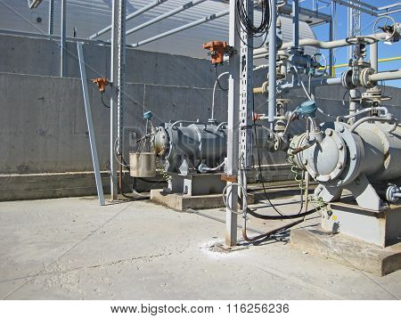 The pump for pumping hot products of oil refining