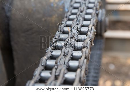 dirty chain in transmission system of pile driver machine
