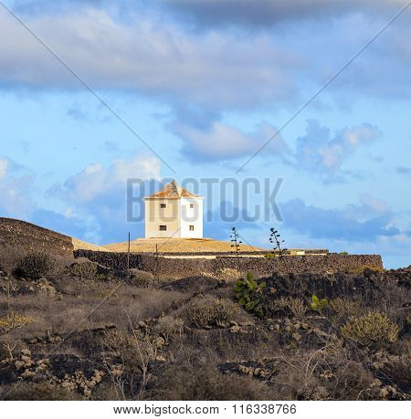 Yaiza Lanzarote - old farm house with a cistern converted in a home