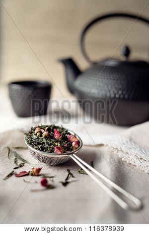 Strainer with tea