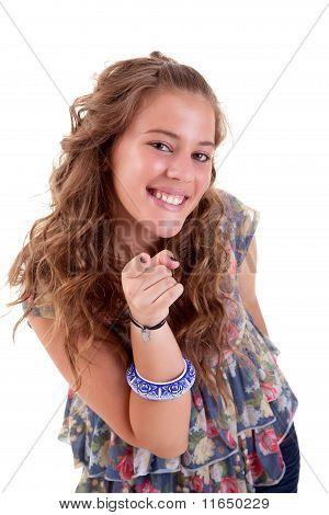 Hermosa mujer joven rubia, apuntando a la cámara, aislado en blanco, Studio Shot