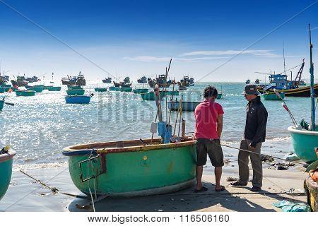 Mui Ne,vietnam -25 Jan: Many Unidentified Fishing Preparing Equipment For Fishing In Basket Boats At