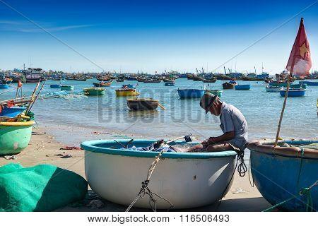 MUI Ne VIETNAM -25 Jan: Many unidentified Fishing preparing equipment for fishing in basket boats at Fishing villages Eastern coast of Vietnam.