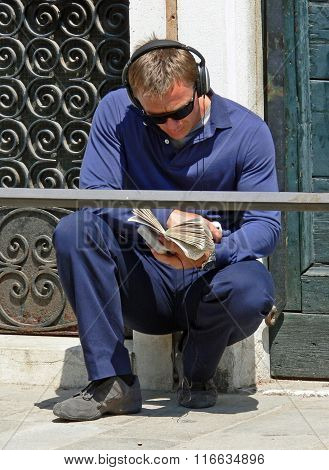 Daniel Craig relaxing in Venice