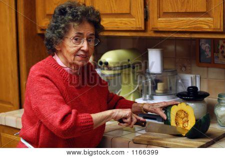 Großmutter schneidet Gemüse