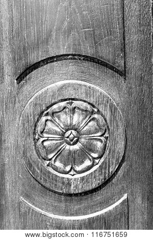 In Europe    Italy  Home Texture Of A  Wooden  Door And Incision
