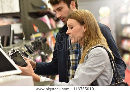 Couple in store choosing smartphone