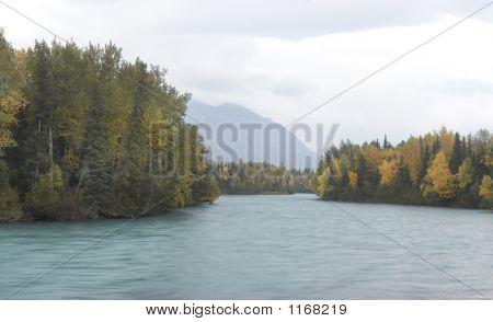 Río Kenai en día de otoño nublado
