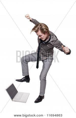Jovem com raiva destrói um computador
