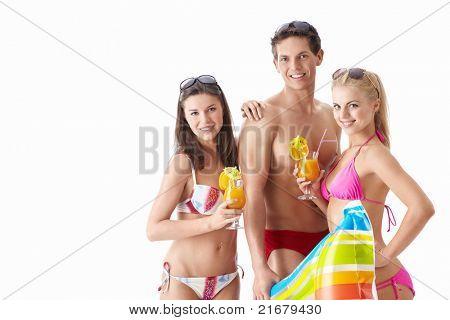 Attraktive junge Männer mit einem Cocktail auf weißem Hintergrund
