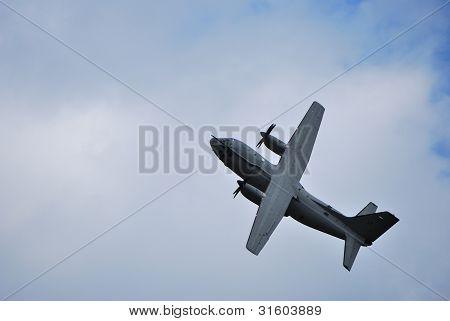 enorme avião voando em um loop de voo