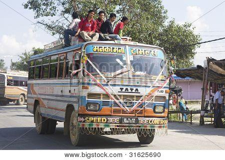 Ônibus superlotados em Katmandu
