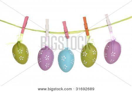 bunte Ostereier hängen Bänder, isoliert auf weiss