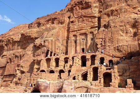 Turistas que visitan las tumbas reales de Petra, Jordania.