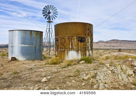 Dois tanques, um moinho de vento