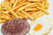 Постер, плакат: крупным планом комбо блюдо с жареным яйцом гамбургер и картофель фри