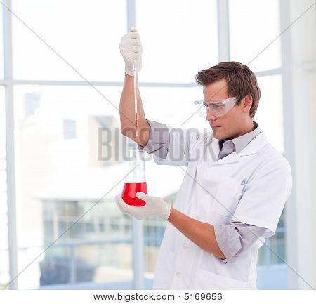 Wissenschaftler Examinig ein Reagenzglas