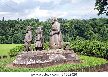 Monument Grandma with children
