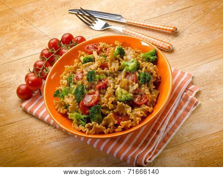 integral pasta with broccoli and fresh tomatoes
