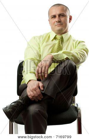 Empresário sentado na cadeira