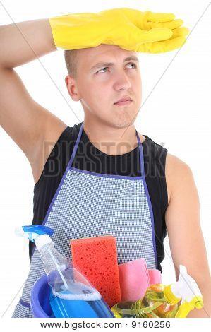 Homem cansado com material de limpeza
