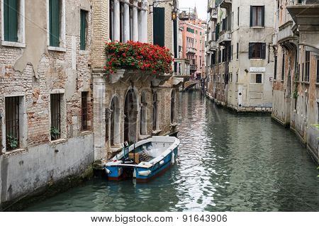 Venice, Italy - 22 May 2105: View Of A Side Canal And Old Buildings In The Centre Of Venice. Balconi
